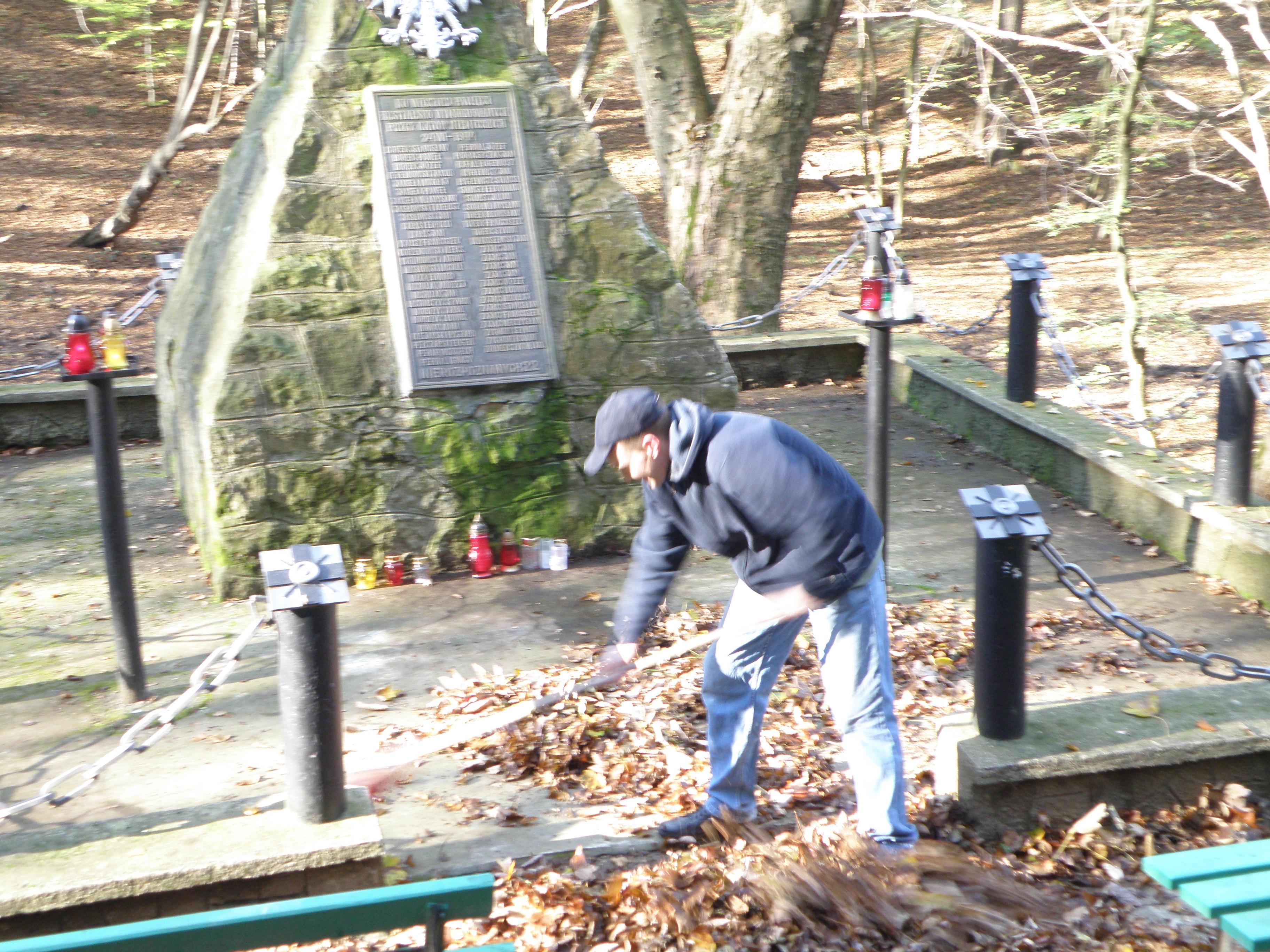 1.Pomnik w Lesie Grabińskim- 1