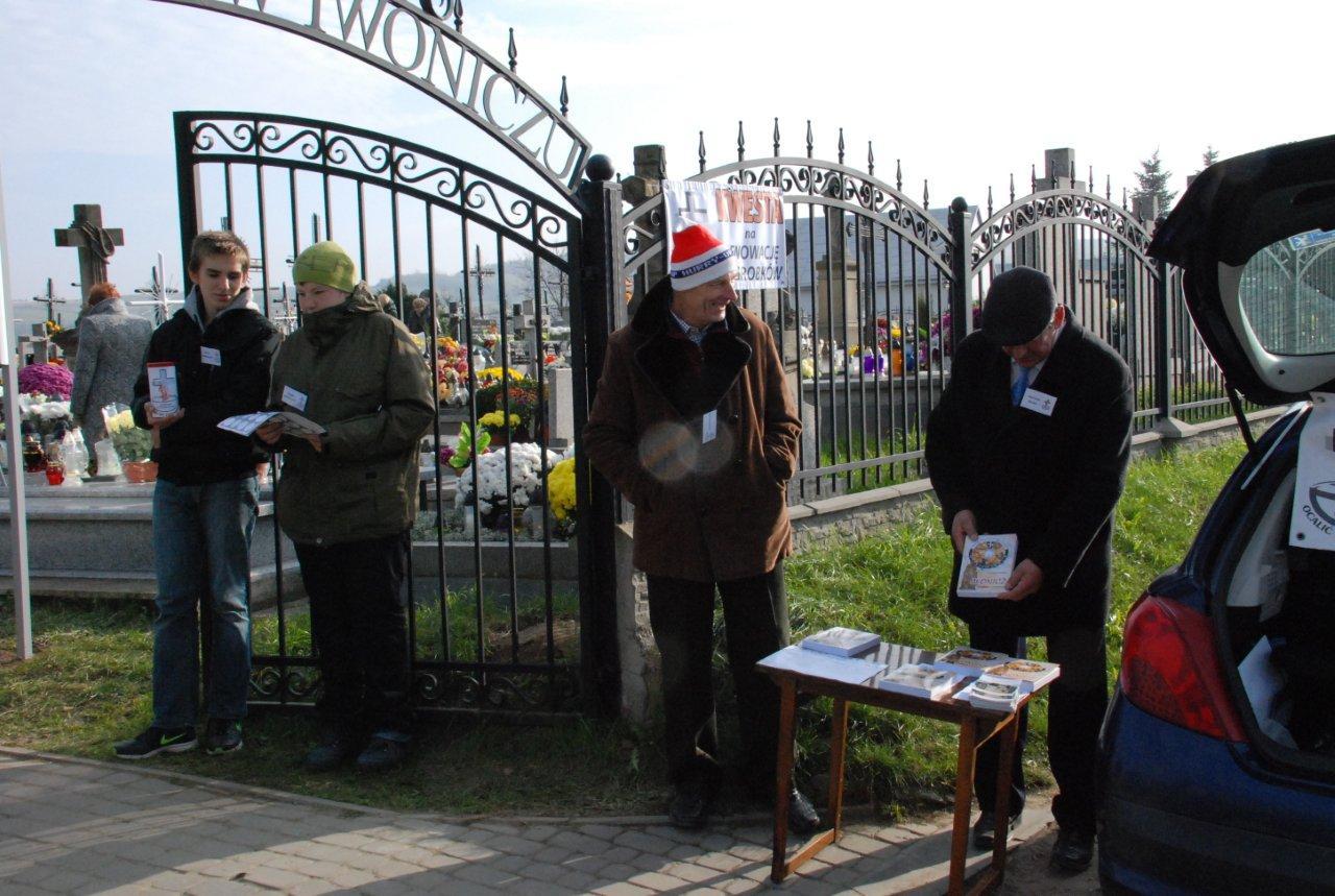 R. Boczar z wolontariuszami z Gimnazjum w Iwoniczu- Zdroju