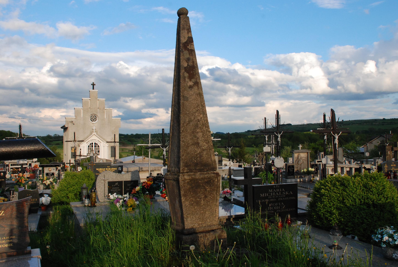 Tajemniczy obelisk na starym cmentarzu