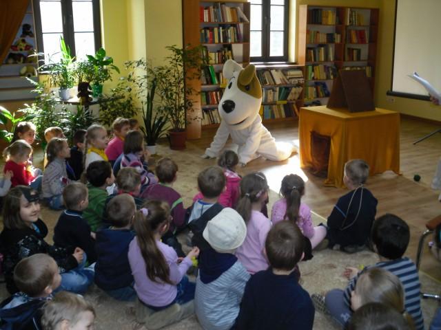 Spotkanie przedszkolaków z bohaterem kreskówki, pieskiem Reksio