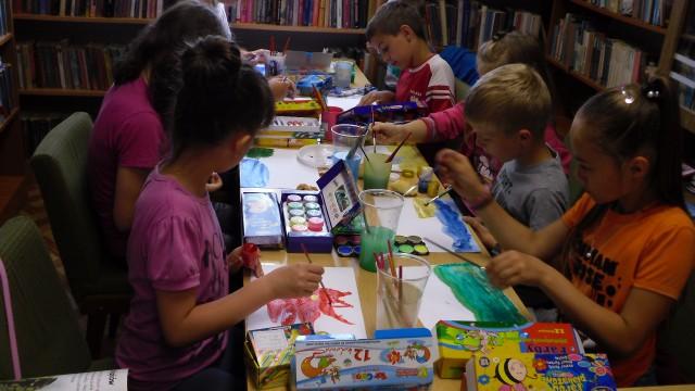 Wakacyjne zajęcia plastyczne w bibliotece w Lubatowej.