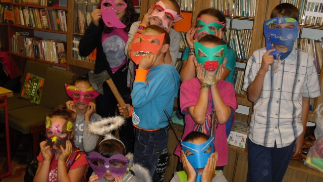 Zajęcia teatralne w bibliotece w Lubatowej.