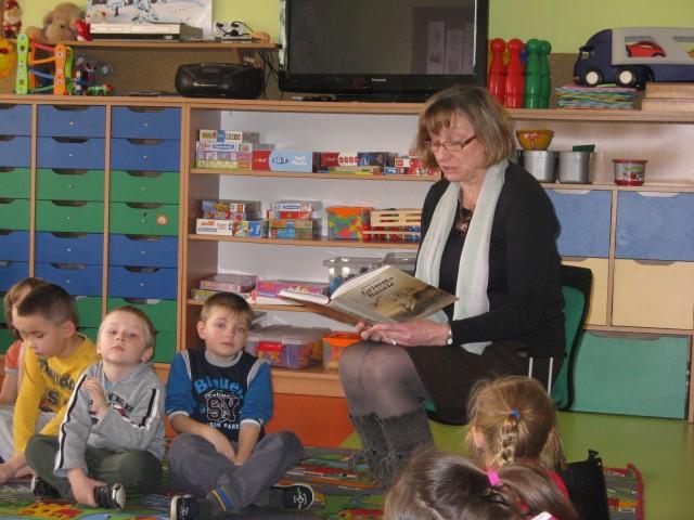 Czytanie bajki przez p. Lucynę Nycz w ramach akcji